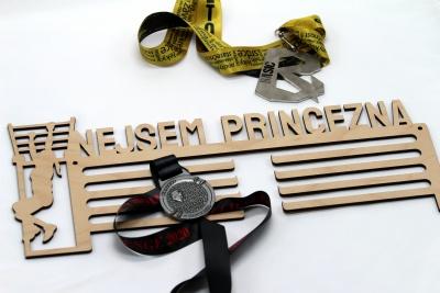 Dřevěný věšák na medaile - nejsem princezna