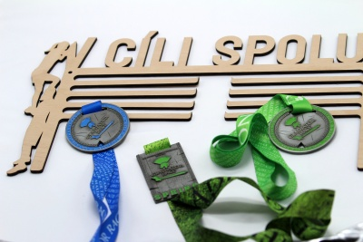 Dřevěný věšák na medaile - v cíli spolu