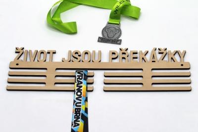 Dřevěný věšák na medaile - život jsou překážky