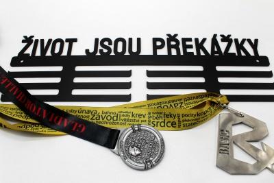 Kovový věšák na medaile - život jsou překážky