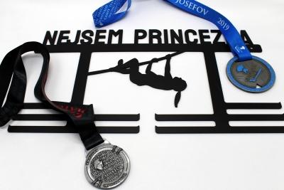 Kovový věšák na medaile - nejsem princezna